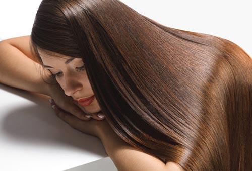 Девушка с прямыми гладкими волосами