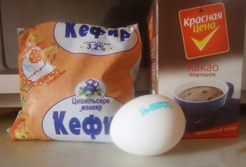 Кефир, яйцо и порошок какао