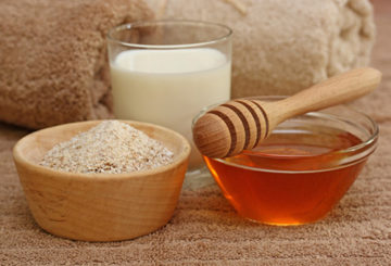 Мёд, молоко и молотый миндаль