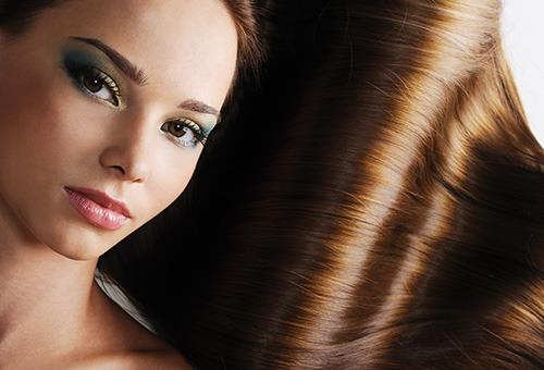 Девушка с блестящими ухоженными волосами