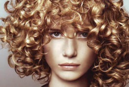 Девушка после укладки волос