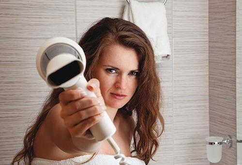 Женщина с феном для волос