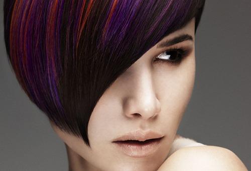 Девушка с волосами, окрашенными в несколько цветов