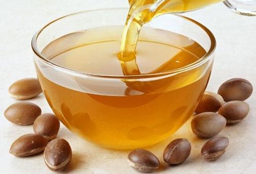 Аргановое масло и косточки арганы