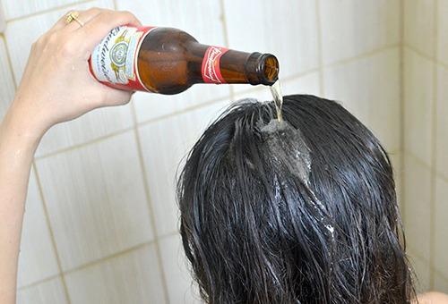 Девушка ополаскивает волосы пивом