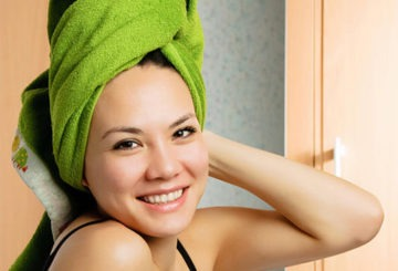 Девушка с полотенцем на голове