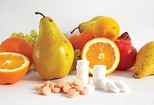 Витамины - фрукты и таблетки
