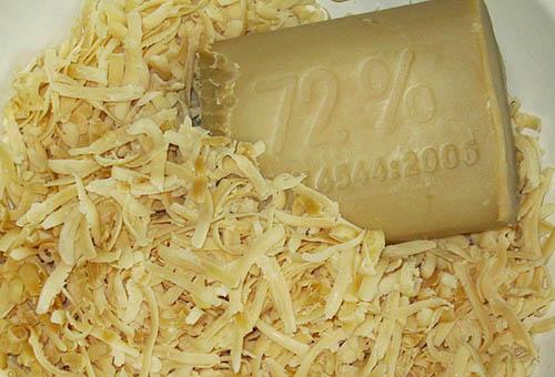 Натертое на крупной терке хозяйственное мыло
