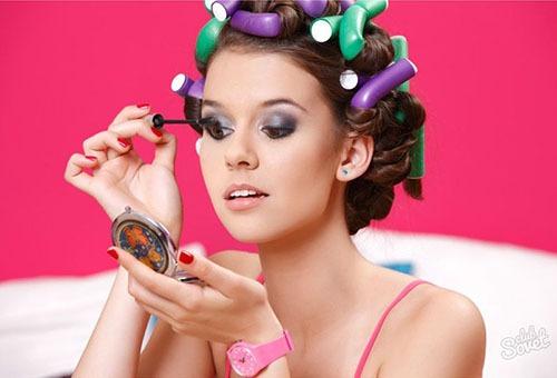 Девушка делает укладку и макияж