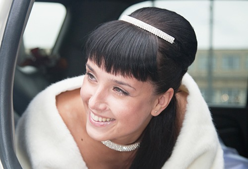Винтажная свадебная прическа на длинные волосы с челкой