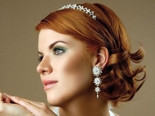 Локоны в свадебной прическе на коротких волосах