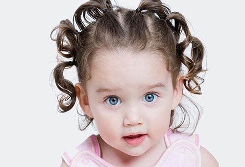 Маленькая девочка с милой прической