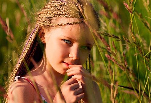 Прическа из мелких косичек у девочки