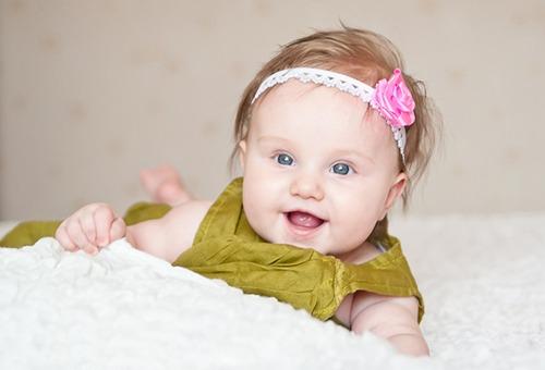 Малышка с украшением для волос