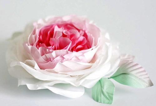 Массивный аксессуар в виде цветка для волос