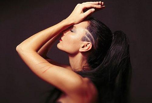 Девушка с длинными волосами и выбритым виском