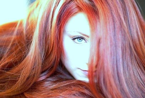 девушка с ярким цветом волос