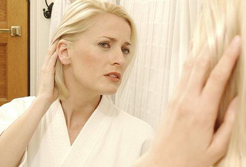 Женщина недовольна состоянием волос