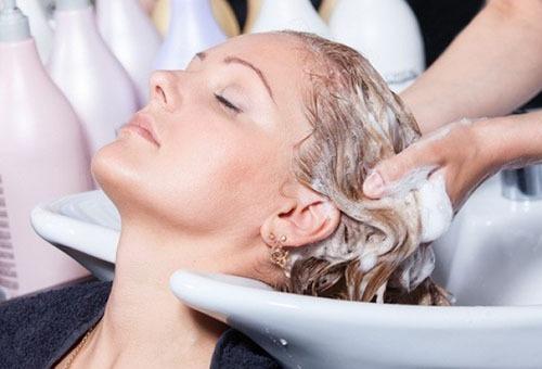 Мытье головы в салоне перед окрашиванием